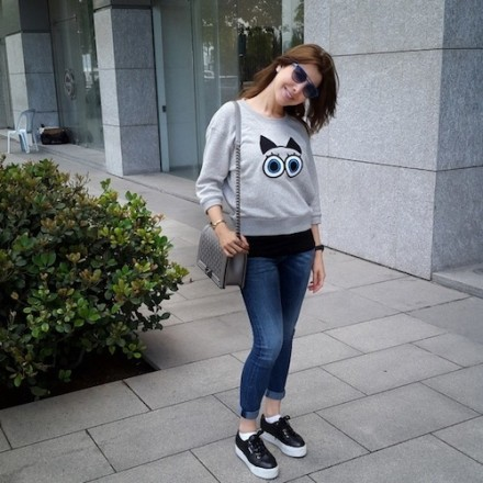 the ever cute Nancy Ajram going shopping with a pair of jeans, sneakers and a sweatshirt